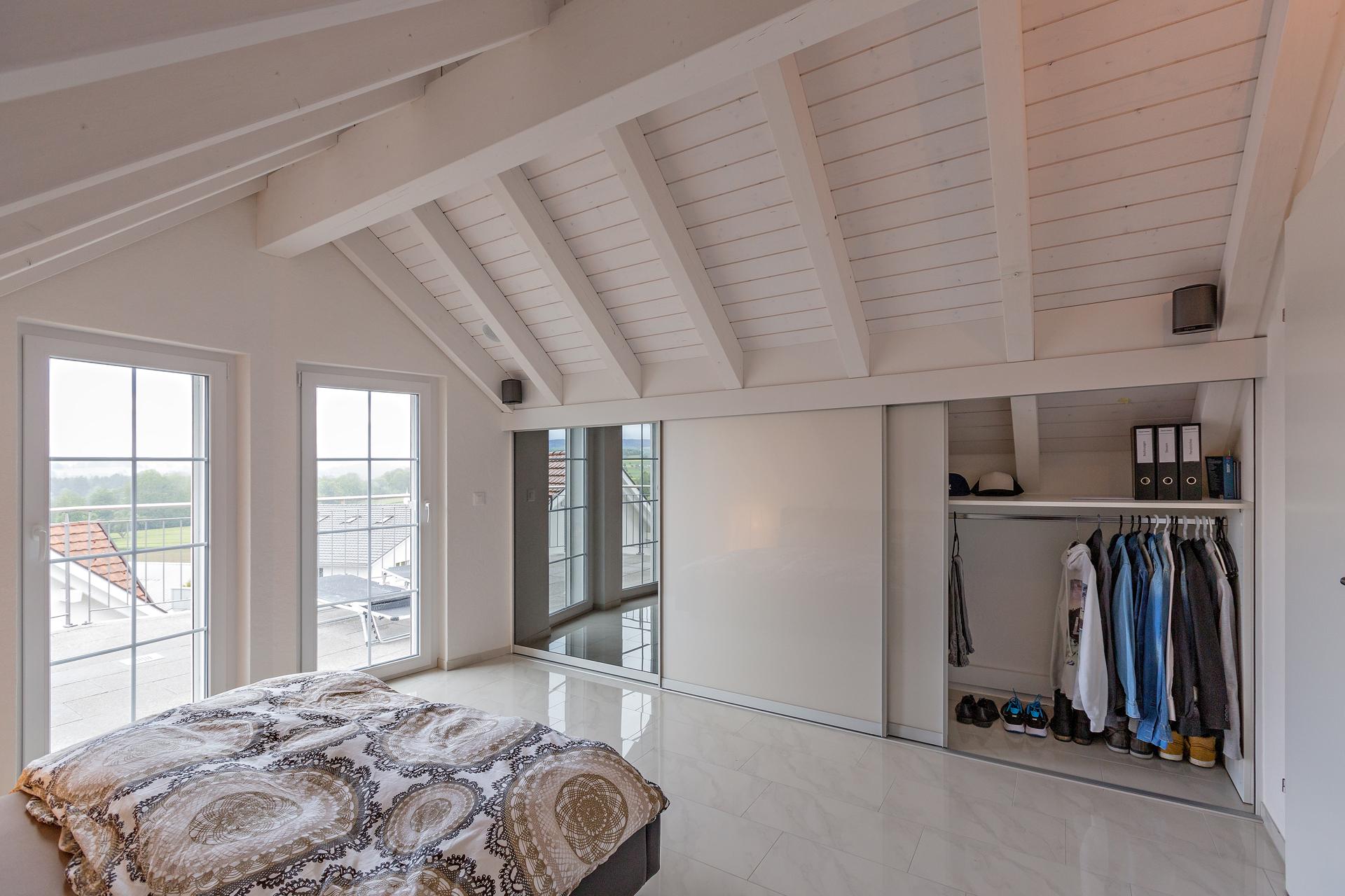 Schrank in der Dachschräge nach Mass Dachschrägenschrank für Kleider ...