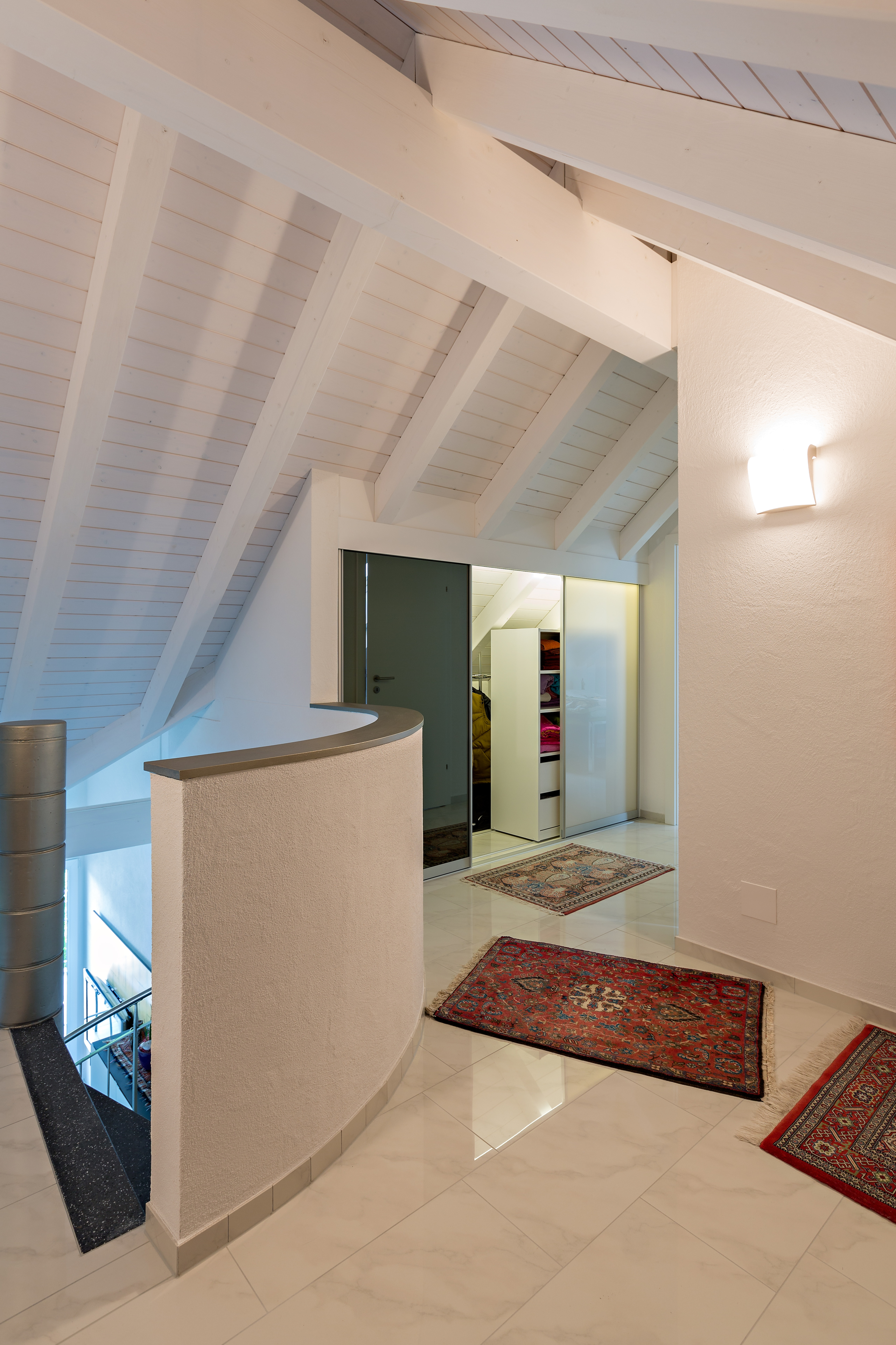 schrank in der dachschr ge nach mass dachschr genschrank im vorzimmer in doppelter tiefe mit. Black Bedroom Furniture Sets. Home Design Ideas