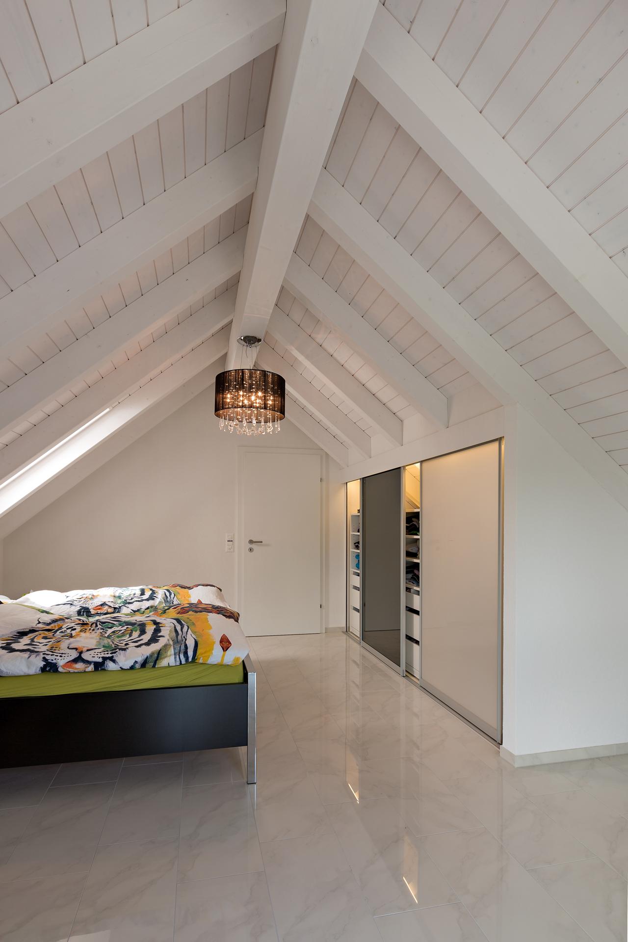 schrank in der dachschr ge nach mass dachschr genschrank mit schieberegalen in doppelter tiefe. Black Bedroom Furniture Sets. Home Design Ideas