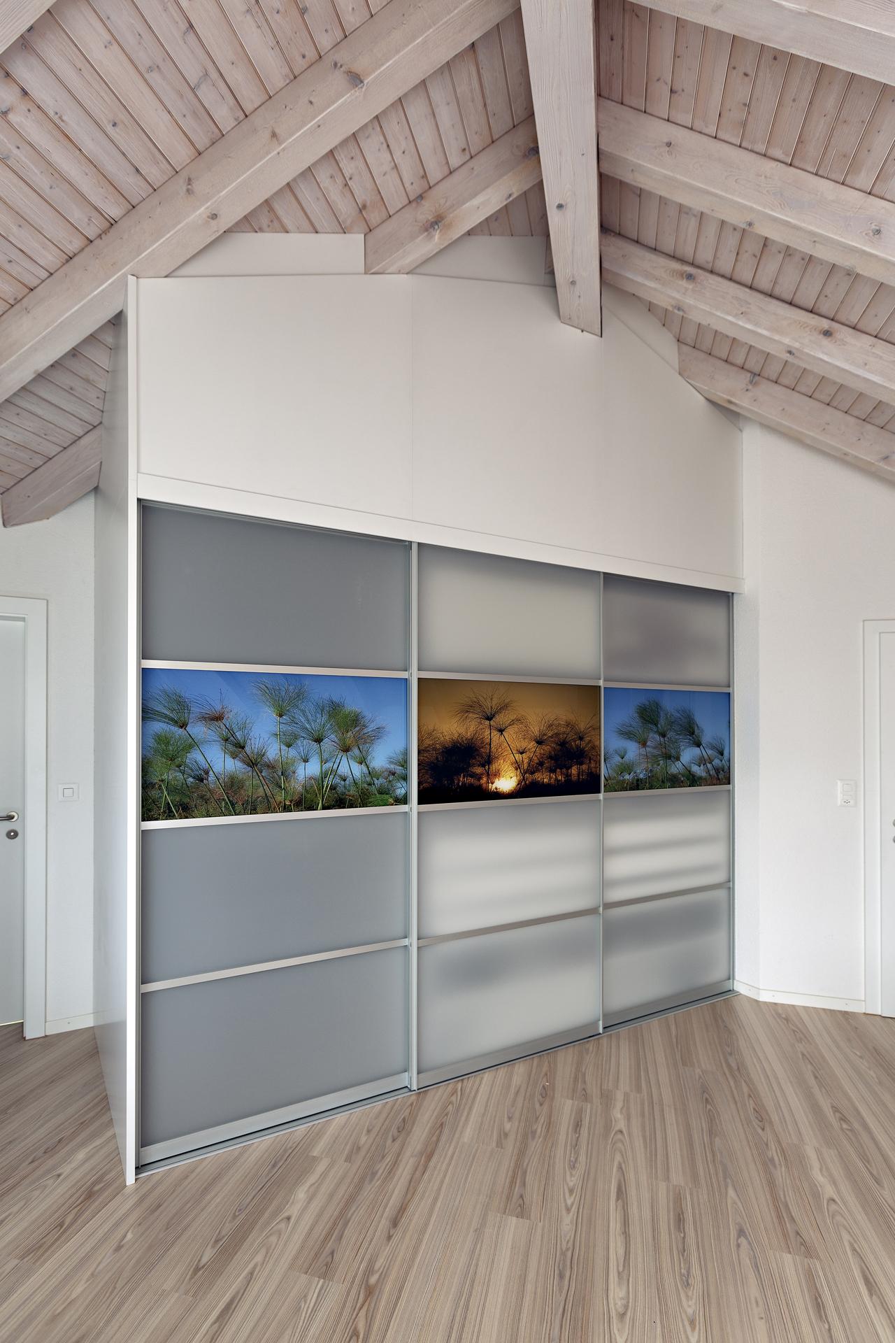 schrank in der dachschr ge nach mass dachschr genschrank mit fotomotiv auf den schiebet ren. Black Bedroom Furniture Sets. Home Design Ideas