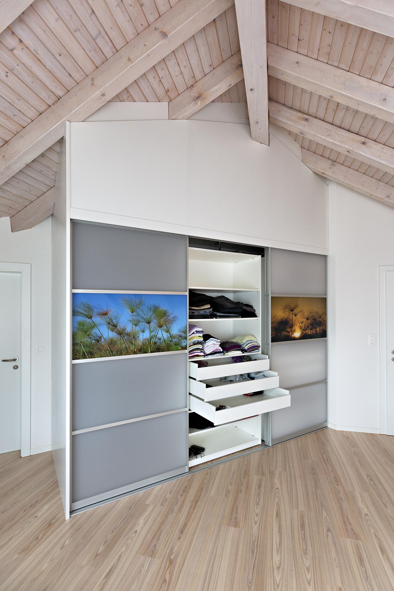 verschiebbare regale mit schubladen im kleiderschrank auf zu. Black Bedroom Furniture Sets. Home Design Ideas