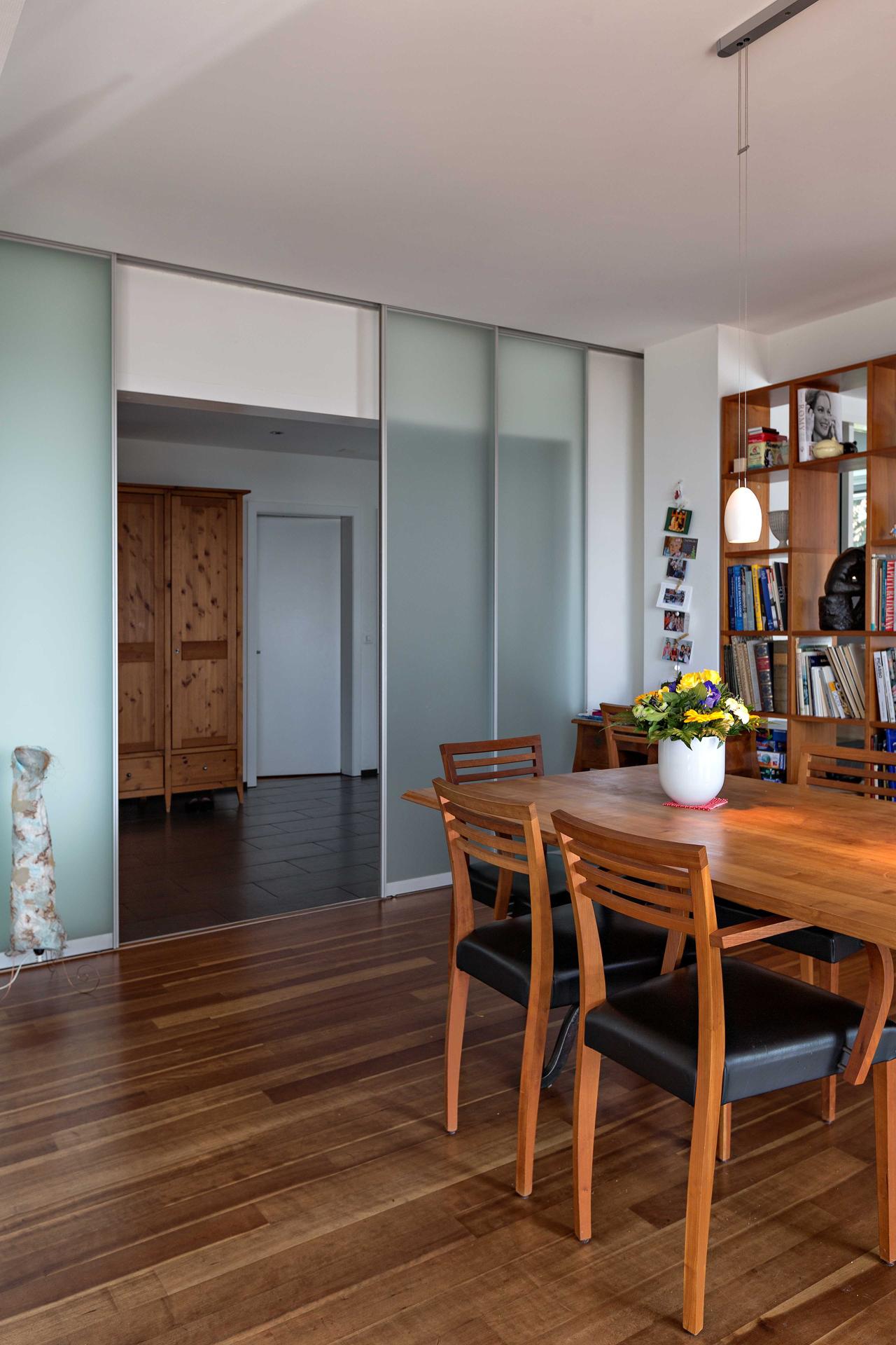 Raumteiler aus vier schiebet ren in glas zwischen flur und wohnbereich auf zu - Glastrennwand wohnbereich ...