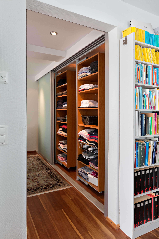 schrank in doppelter tiefe durch drehelemente mit front in glas schiebet ren auf zu. Black Bedroom Furniture Sets. Home Design Ideas