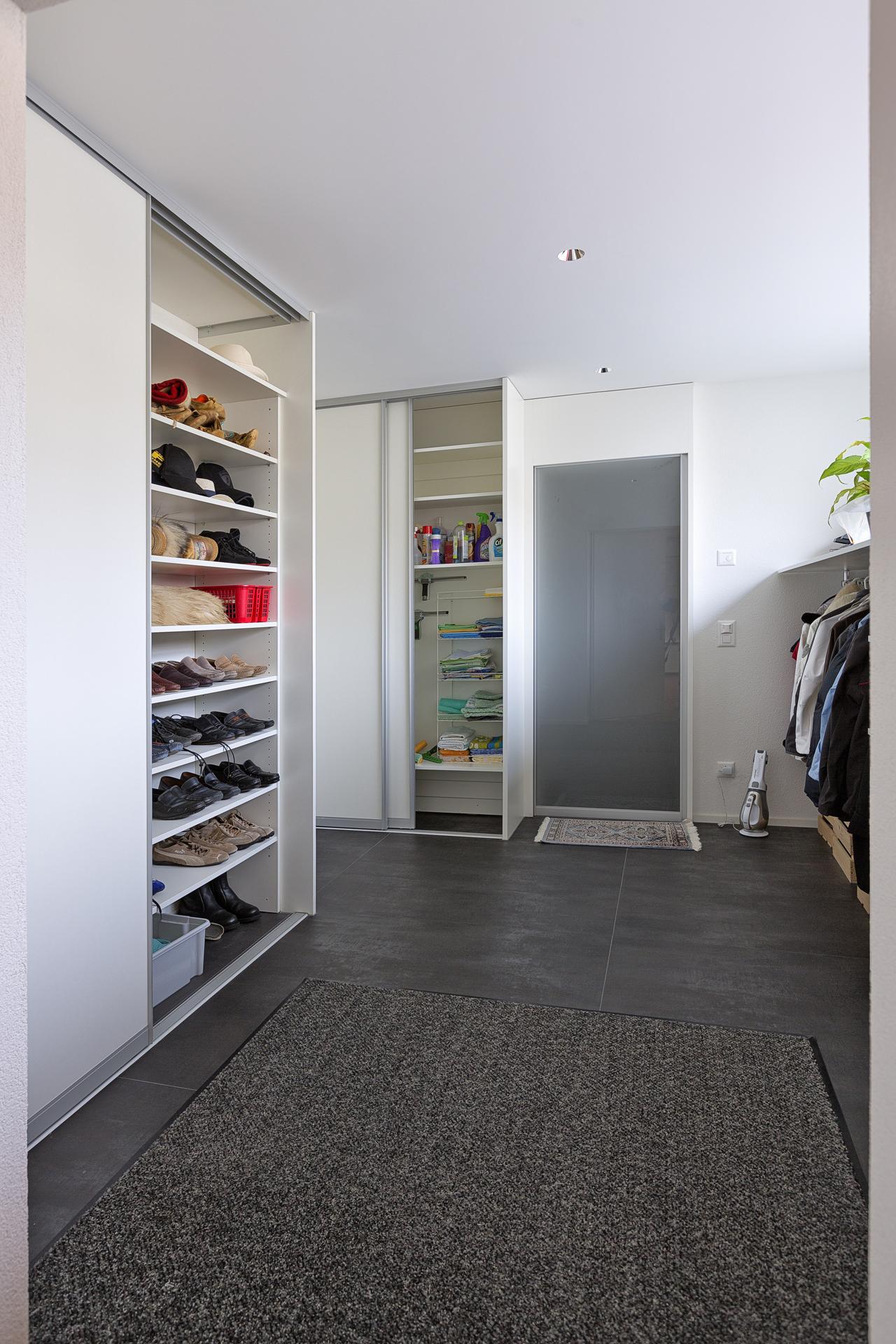 offene tagesgarderobe neben schiebet renschr nken f r schuhe und den hausrat auf zu. Black Bedroom Furniture Sets. Home Design Ideas