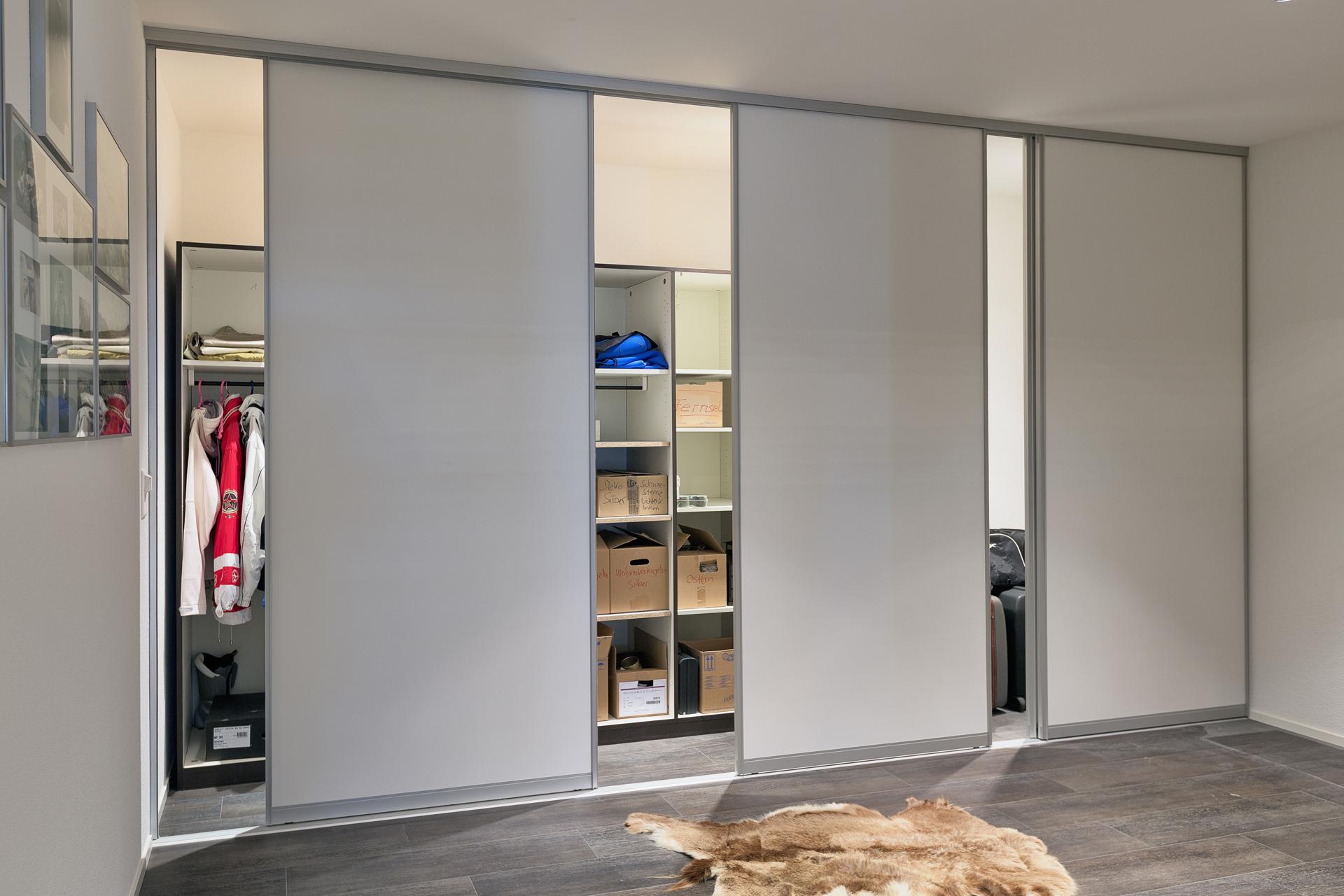 Raumhoher Schrankraum mit Schiebetüren im Untergeschoss neben dem ...