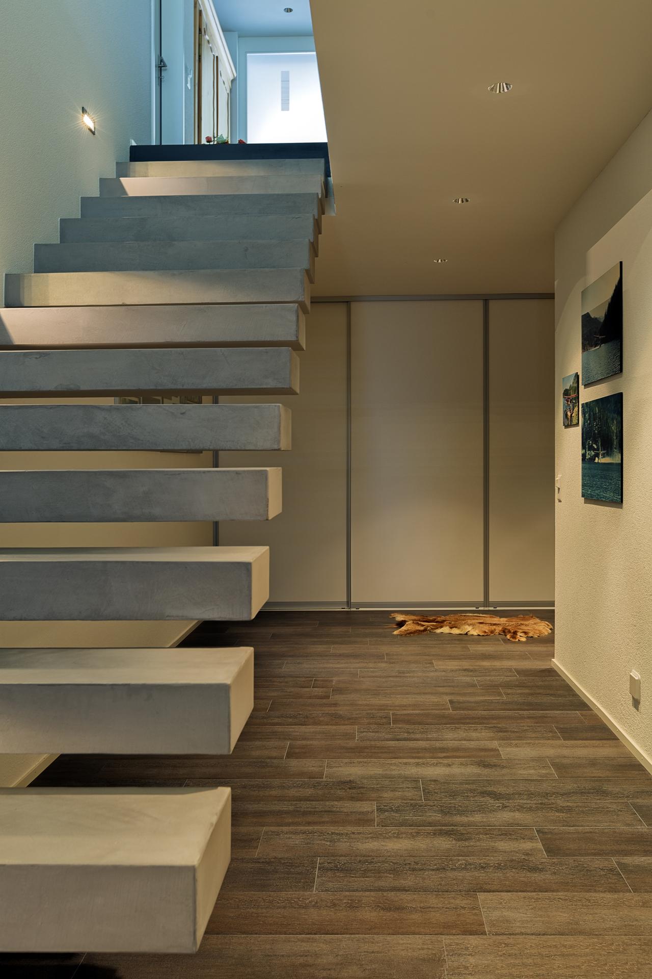 raumhoher schrankraum mit schiebet ren im untergeschoss neben dem stiegenaufgang auf zu. Black Bedroom Furniture Sets. Home Design Ideas