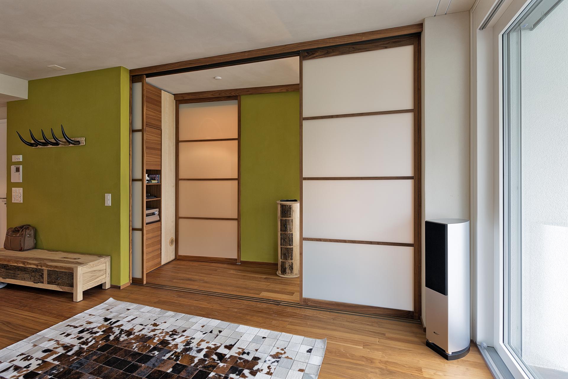 flexible trennw nde zwischen mehreren r umen auf zu. Black Bedroom Furniture Sets. Home Design Ideas
