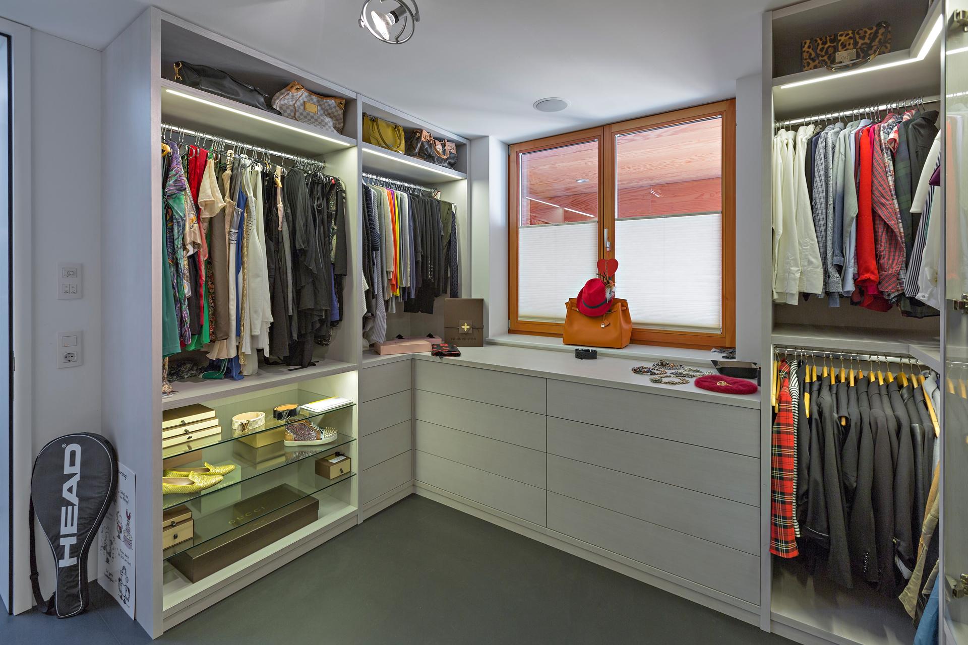 ankleidezimmer ber eck und mit beleuchteter glasvitrine auf zu. Black Bedroom Furniture Sets. Home Design Ideas