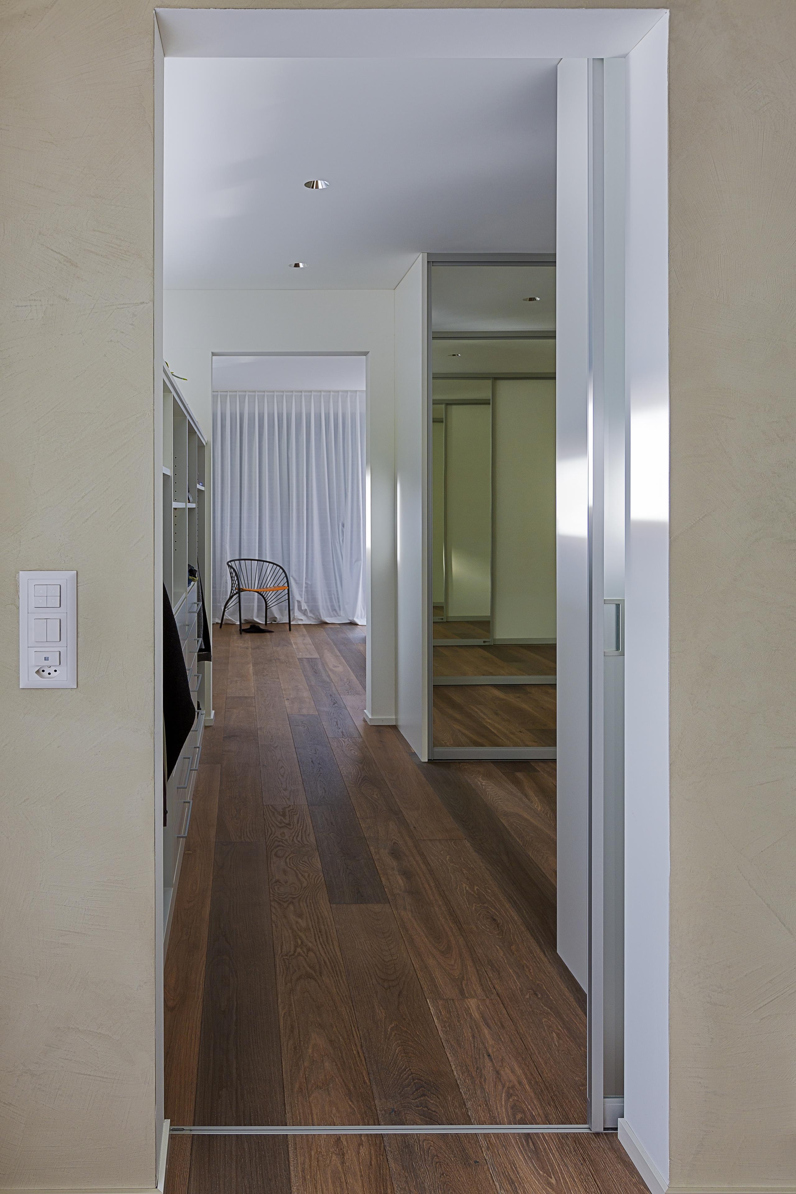 lichtdurchl ssige schiebet re als eingang in die toilette. Black Bedroom Furniture Sets. Home Design Ideas