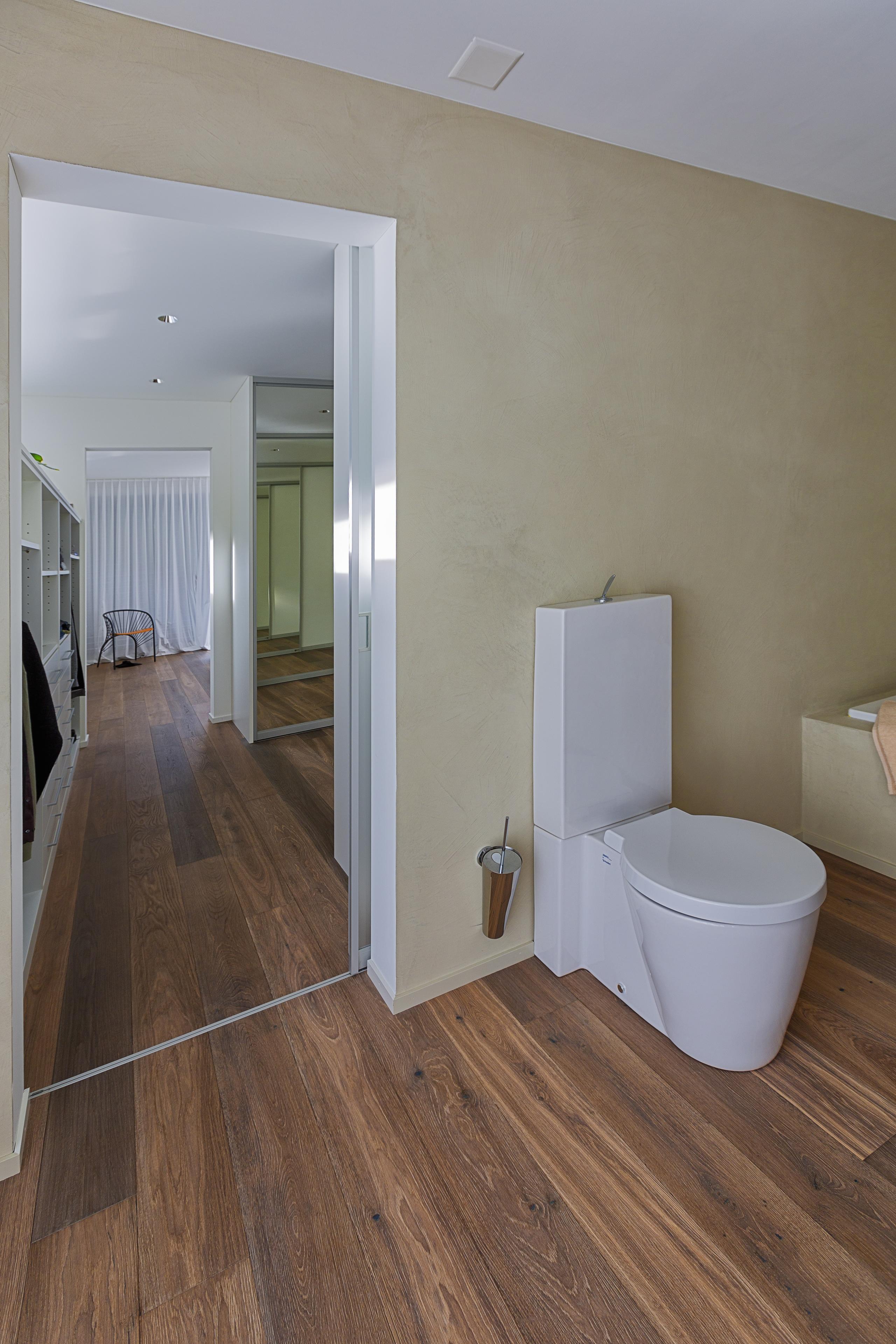 Lichtdurchlässige Schiebetüre als Eingang in die Toilette   AUF&ZU
