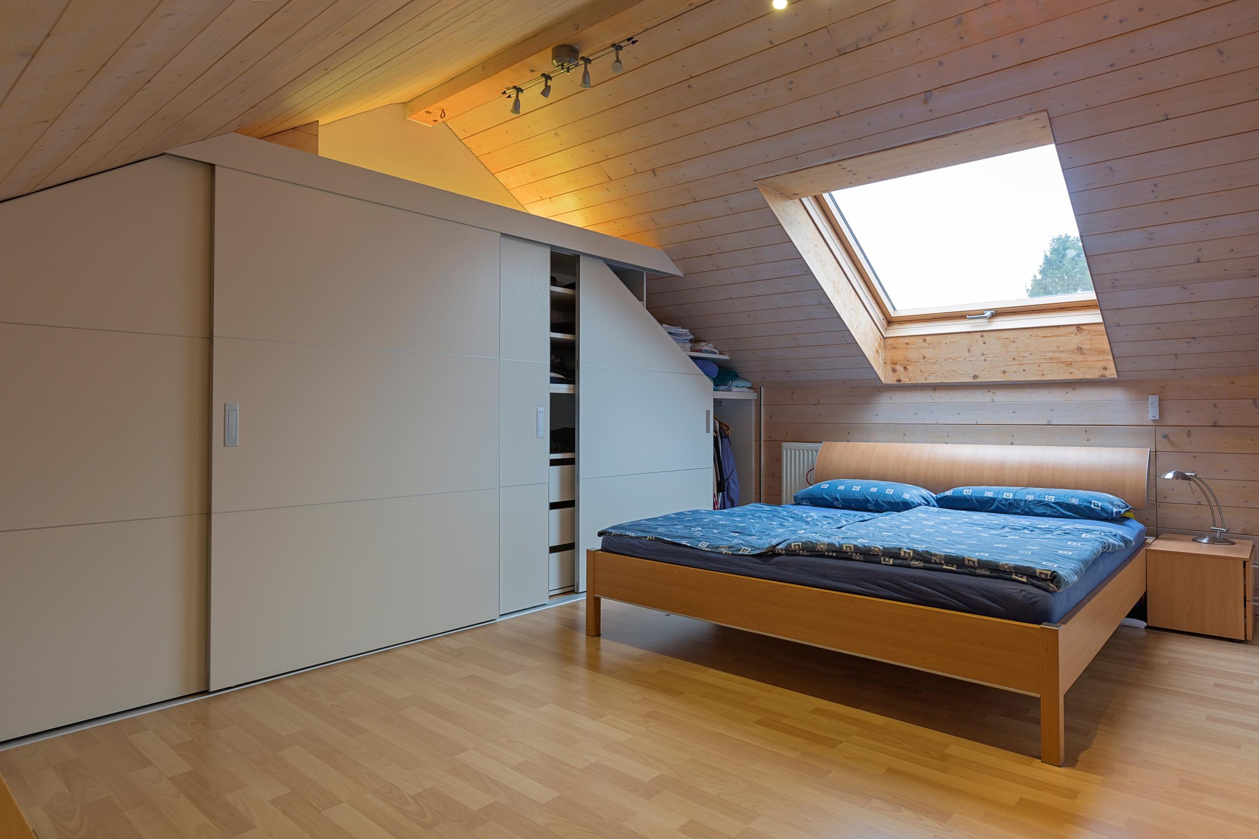 schrank in der dachschr ge nach mass dachschr genschrank beidseitig abfallend mit schiebet ren. Black Bedroom Furniture Sets. Home Design Ideas