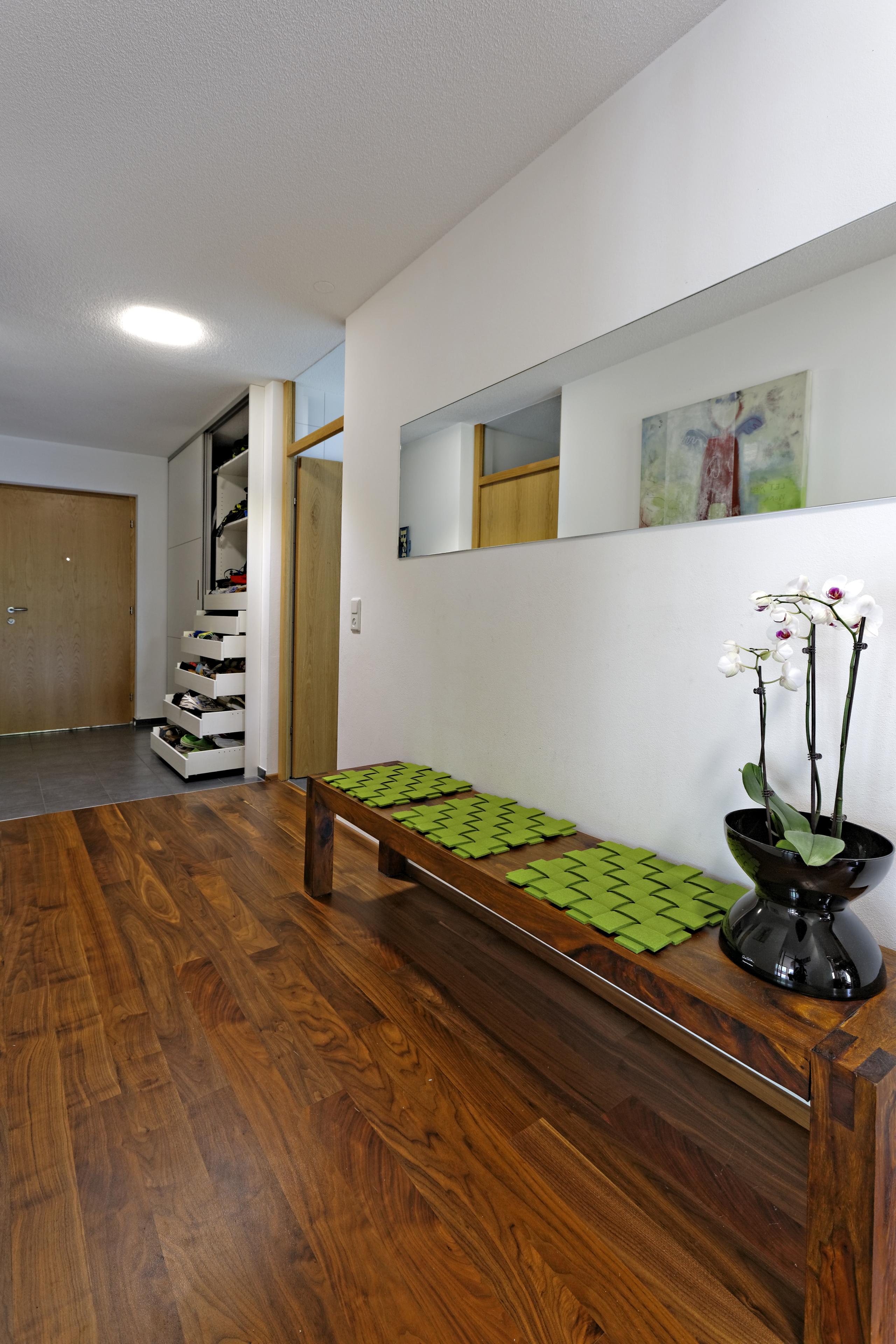 garderoben und haushaltsschrank im flur auf zu. Black Bedroom Furniture Sets. Home Design Ideas