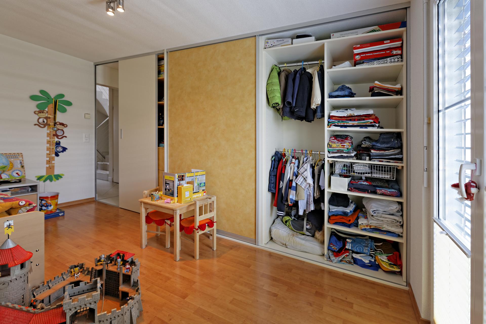 schiebet rwand im kinderzimmer als schrank und durchgang auf zu. Black Bedroom Furniture Sets. Home Design Ideas