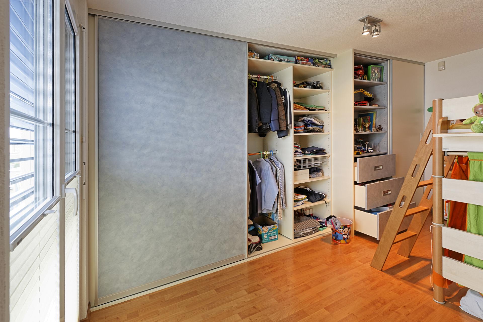 schiebet ren schrankfront im kinderzimmer in farbigem dekor auf zu. Black Bedroom Furniture Sets. Home Design Ideas