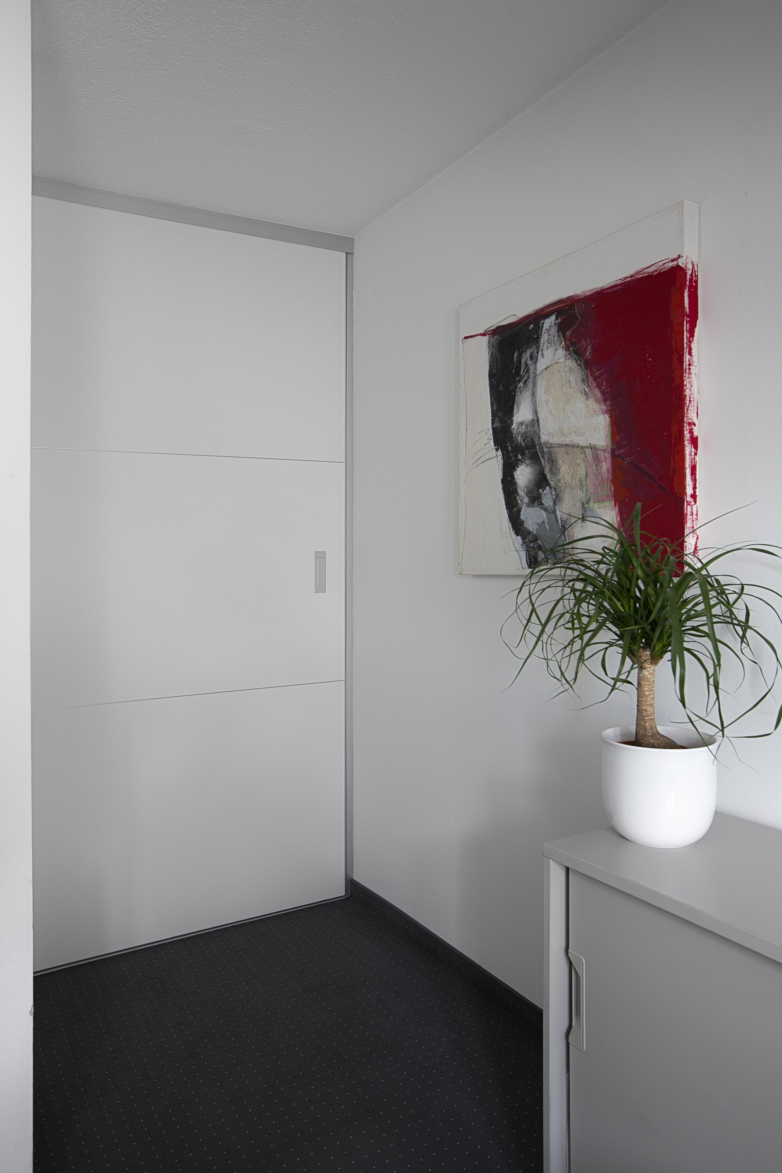 raumteiler aus rahmenlosen schiebet ren mit dekorariven quersprossen auf zu. Black Bedroom Furniture Sets. Home Design Ideas