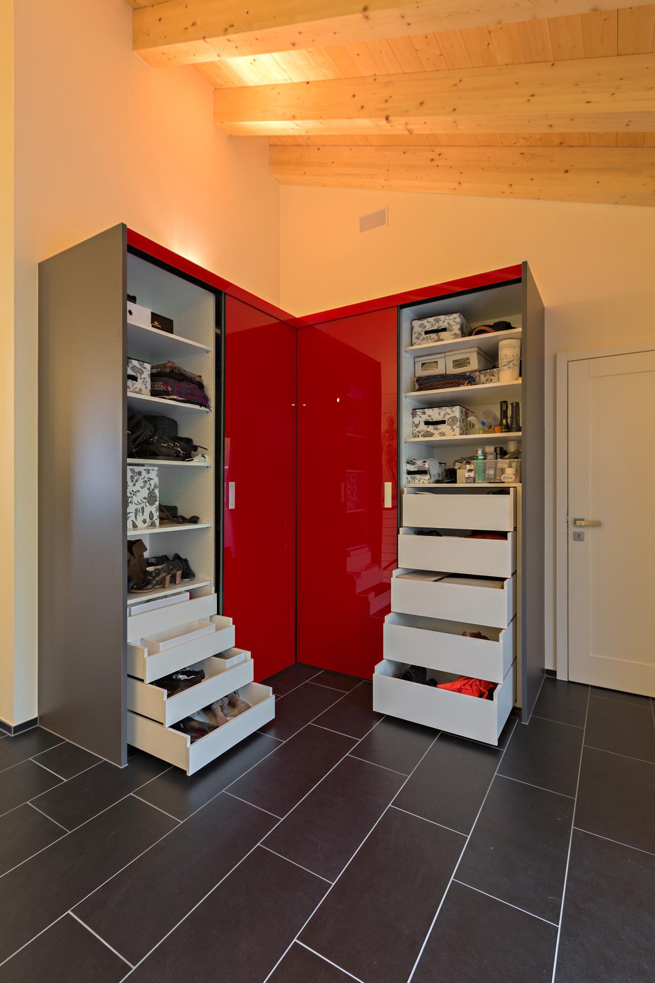 schrank ber eck als garderobe in hochrotem acrylglas mit anthrazitfarbigen aussenseiten auf zu. Black Bedroom Furniture Sets. Home Design Ideas