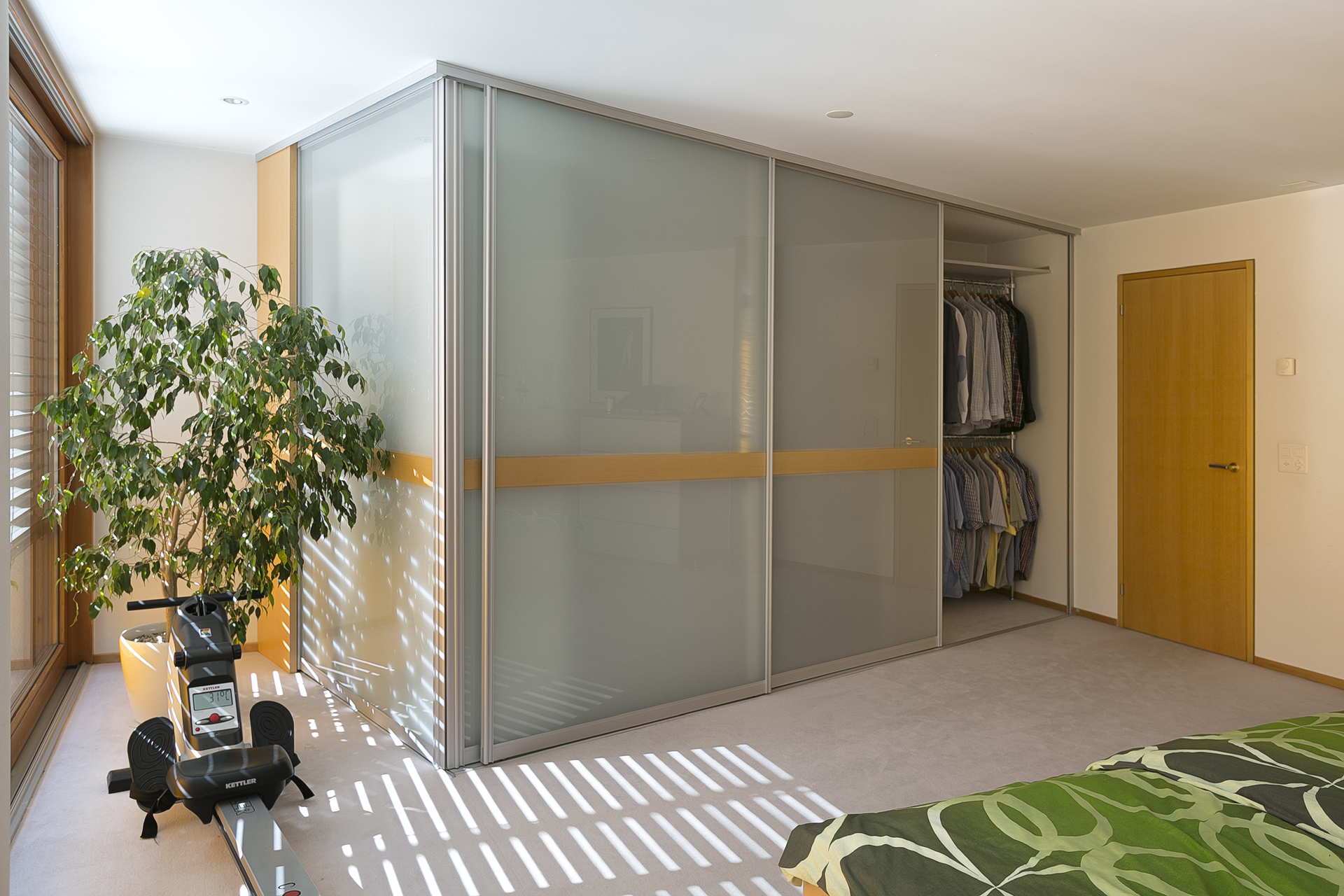 eck einbauschrank mit abschlussseite aus glas auf zu. Black Bedroom Furniture Sets. Home Design Ideas