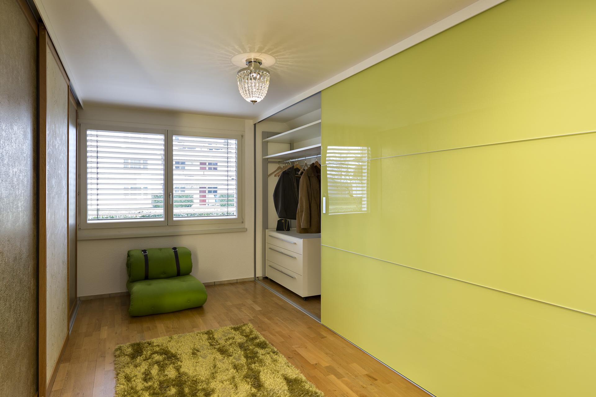 berbreite farbige schiebet ren auf zu. Black Bedroom Furniture Sets. Home Design Ideas