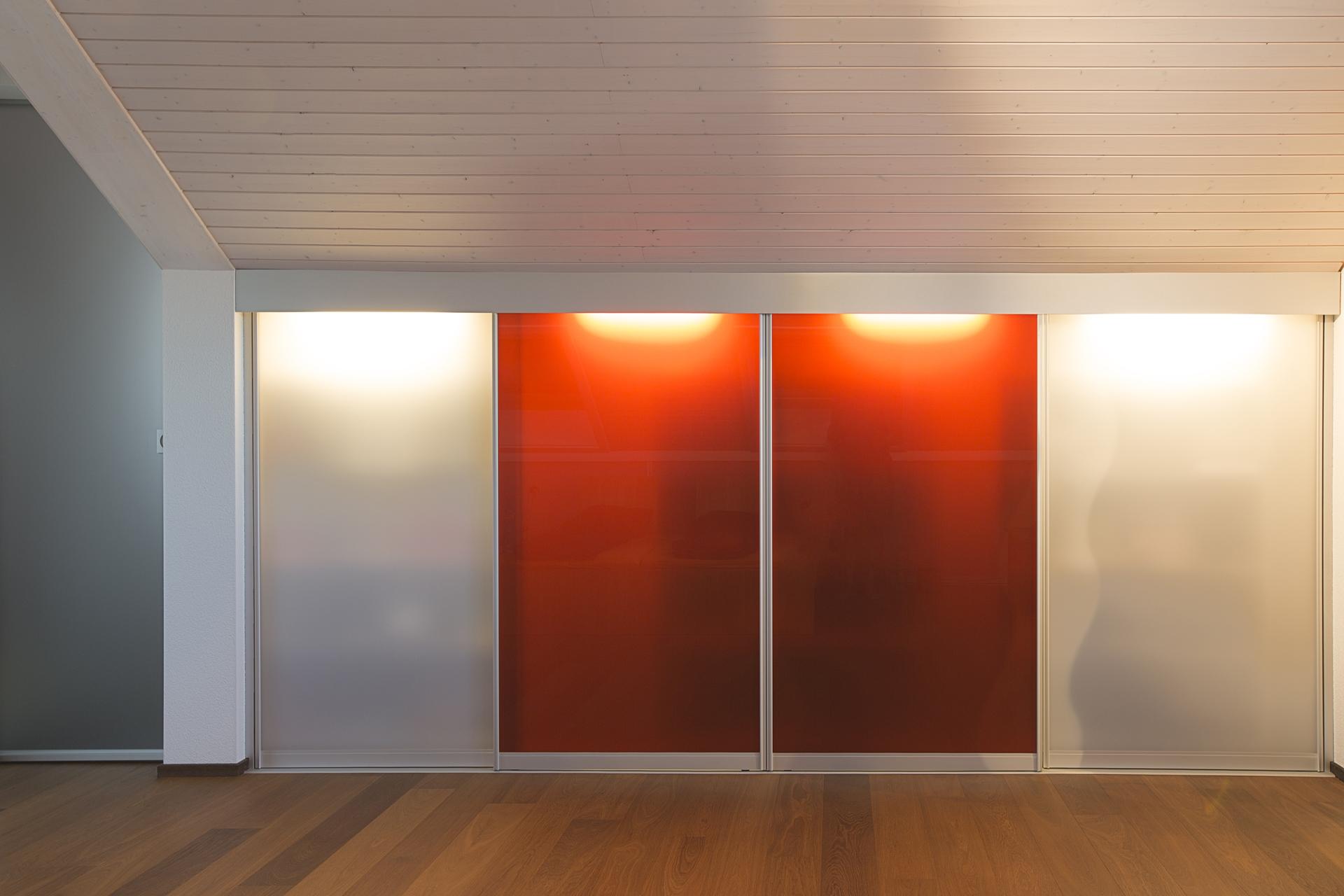 schrank in der dachschr ge nach mass dachschr genschrank mit innenbeleuchtung und transparenten. Black Bedroom Furniture Sets. Home Design Ideas