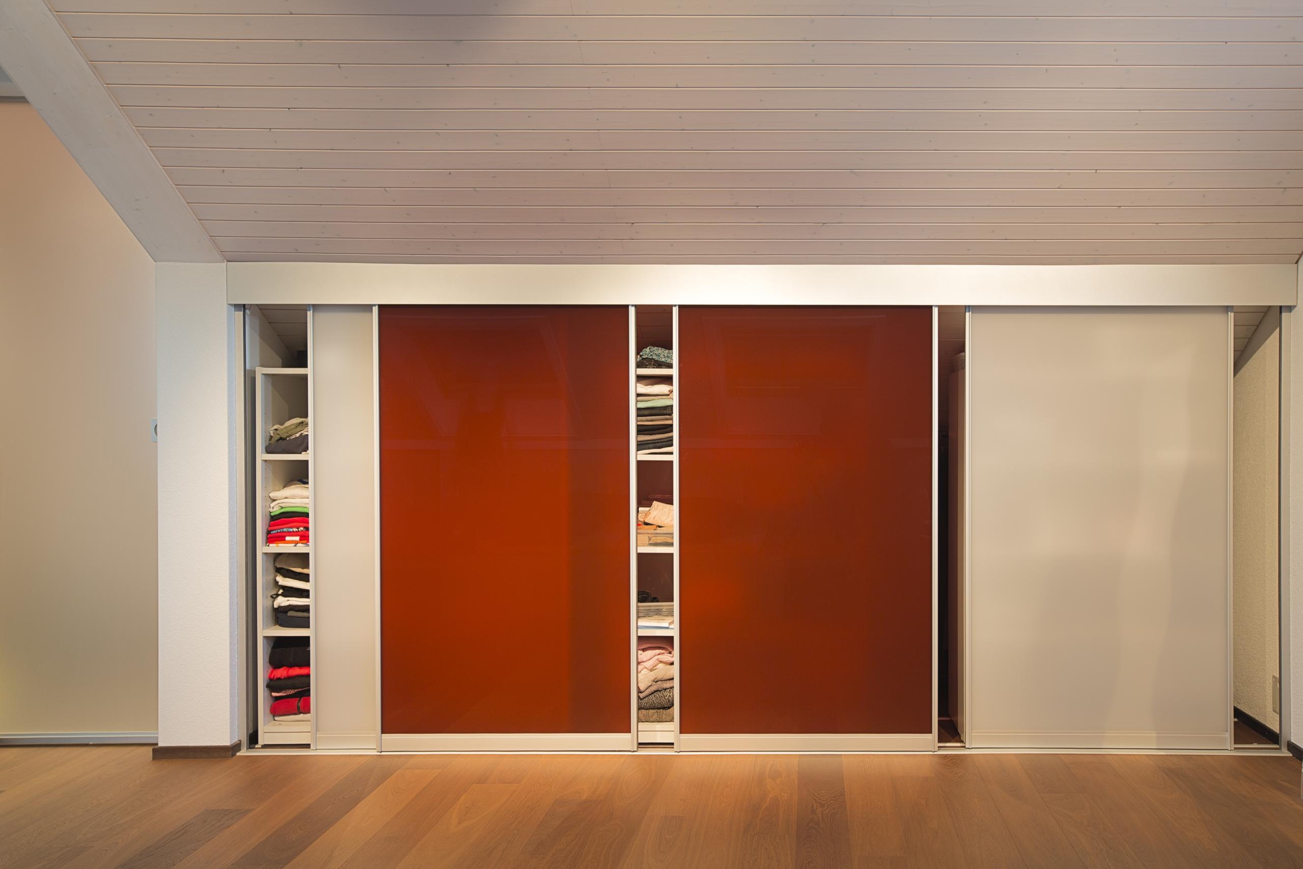 begehbarer kleiderschrank durch schiebeelemente in der dachschr ge auf zu. Black Bedroom Furniture Sets. Home Design Ideas