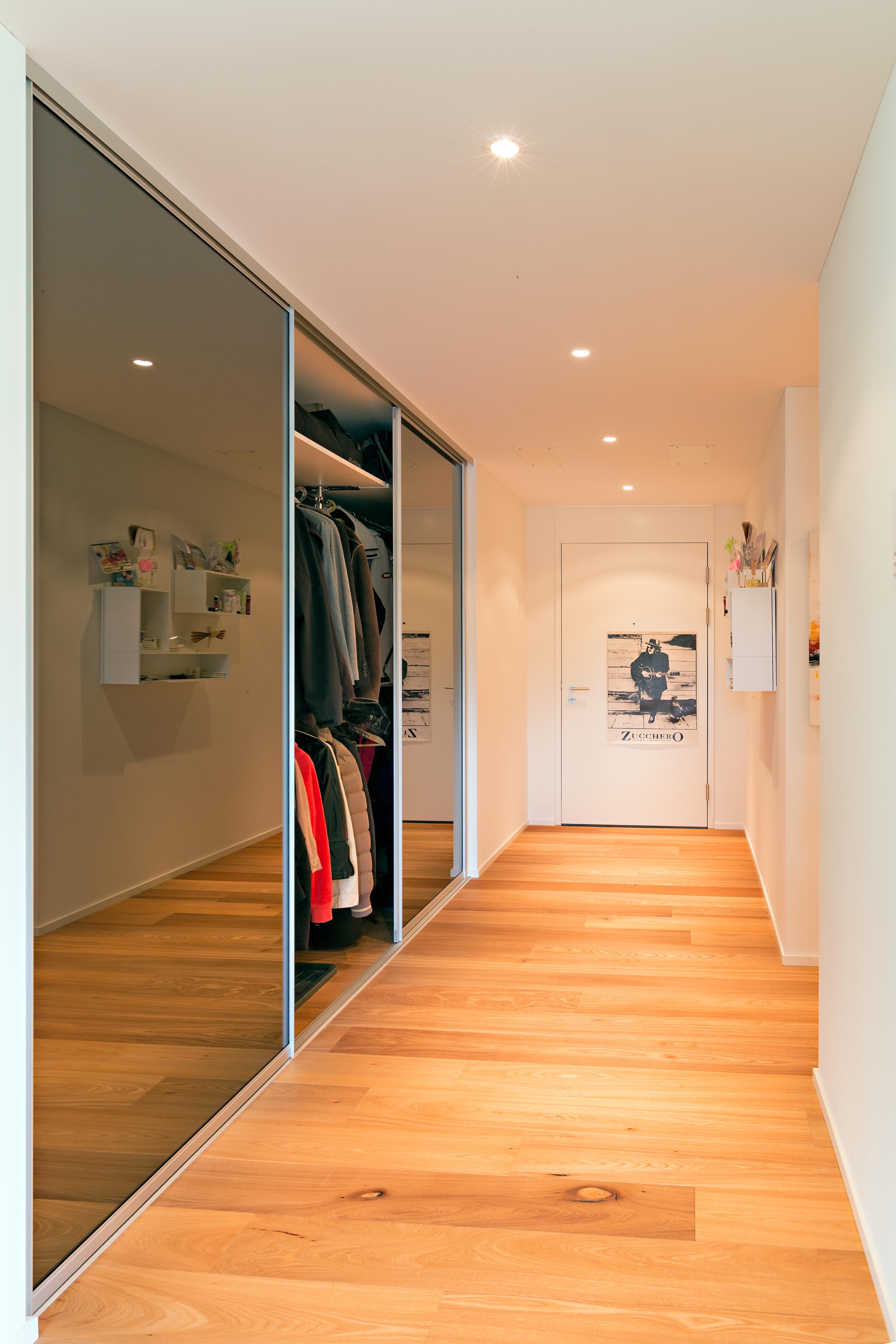 Garderobenschrank Mit Schiebetüren trennwand im eingang für garderobenschrank und treppenaufgang auf zu