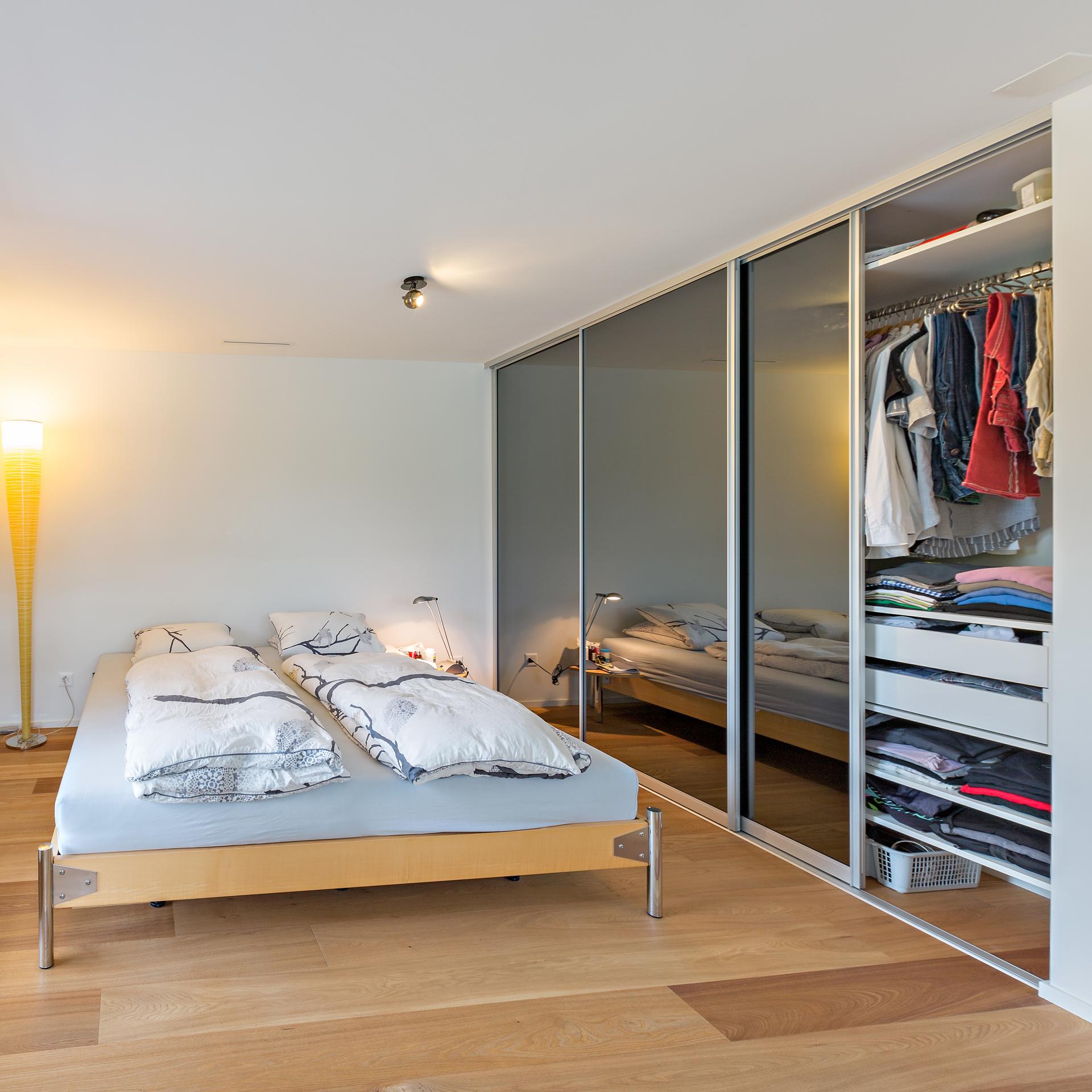 Grauspiegel als Füllung der Schiebetüren im Schlafzimmerschrank | AUF&ZU