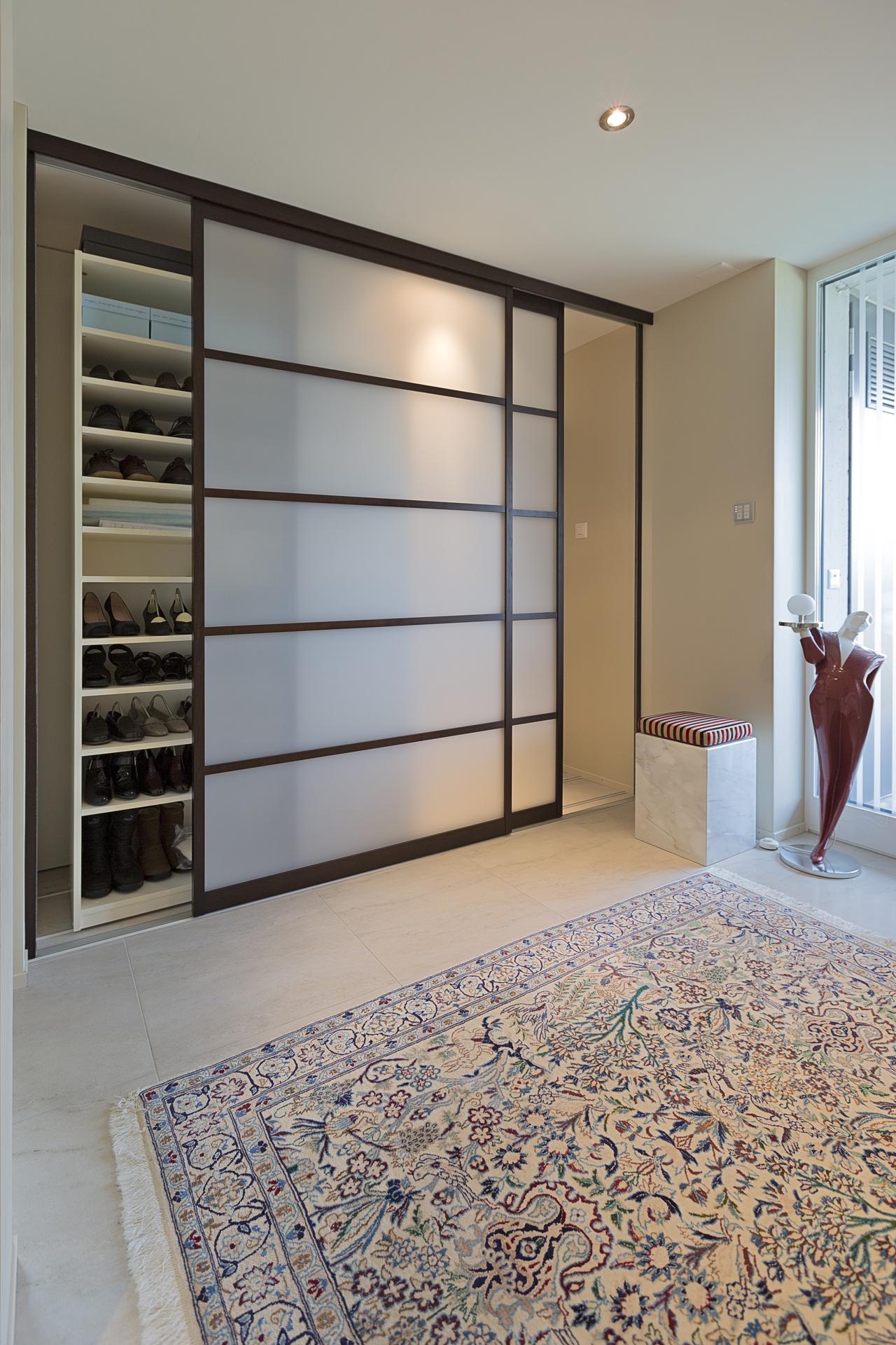 einbau schiebet renschrank im eingang aus holz und glas auf zu. Black Bedroom Furniture Sets. Home Design Ideas