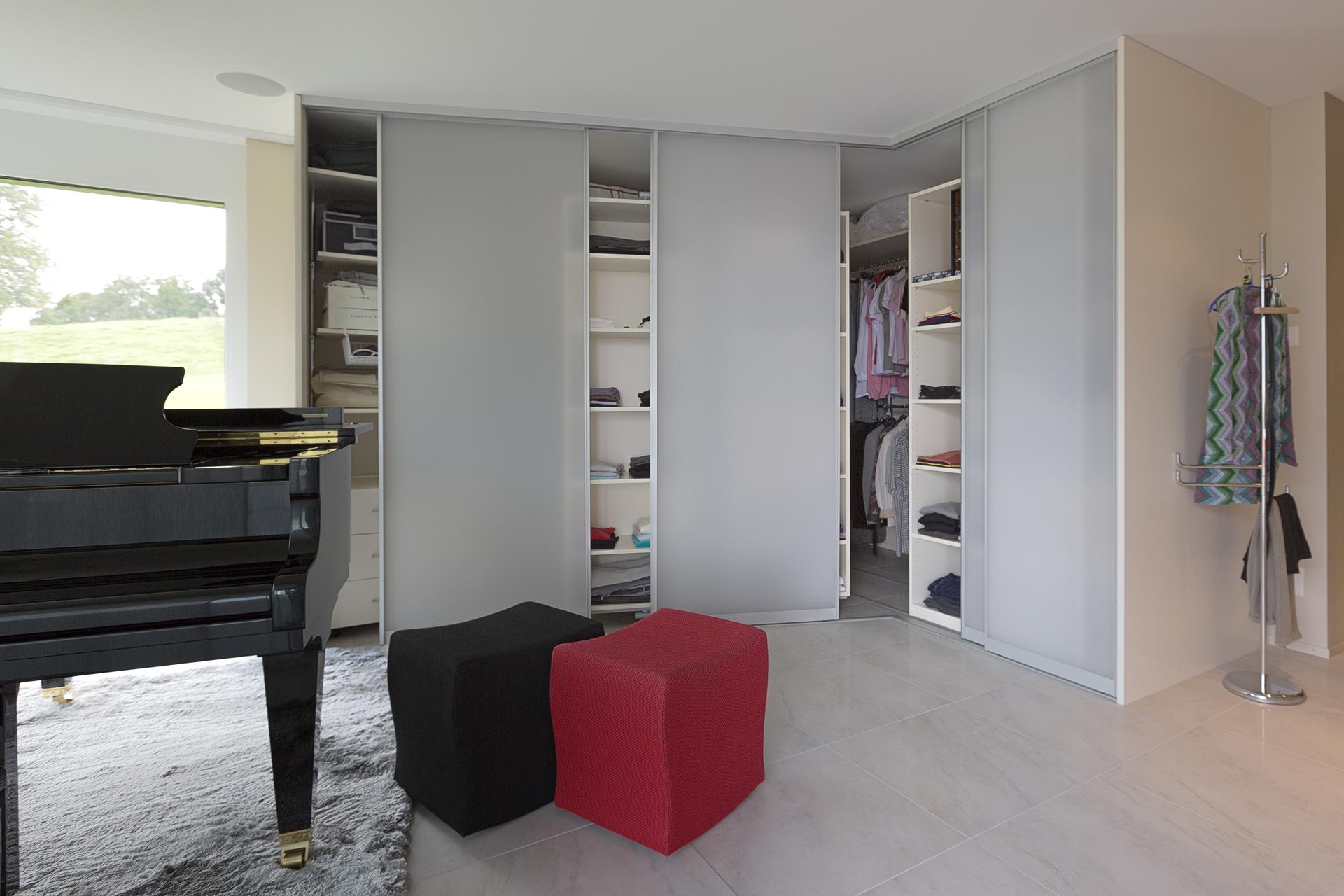 eckschrank in verschiedenen tiefen und schr g gestellten schiebet ren auf zu. Black Bedroom Furniture Sets. Home Design Ideas