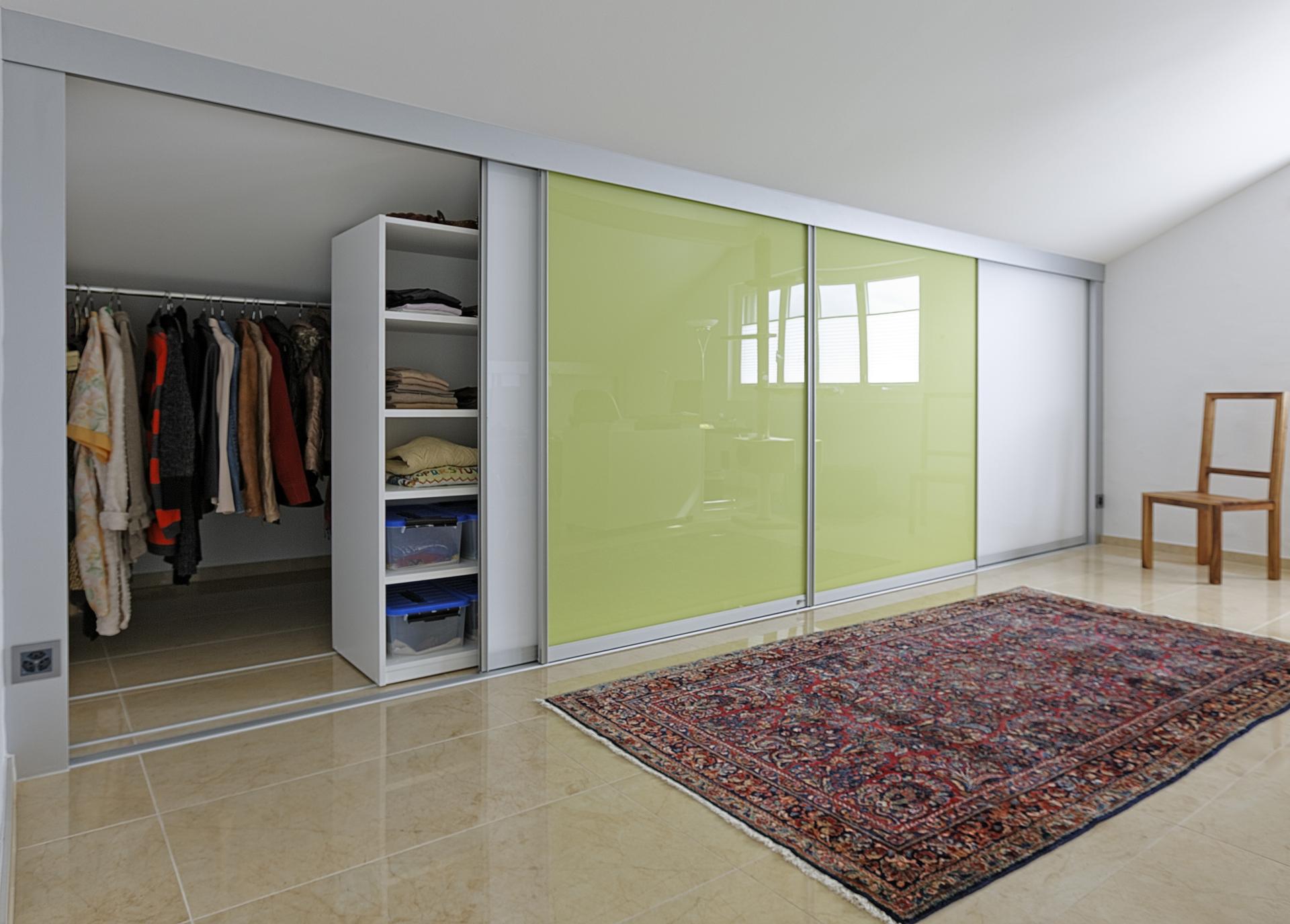 doppelt tiefer kleiderschrank durch schieberegale auf zu. Black Bedroom Furniture Sets. Home Design Ideas