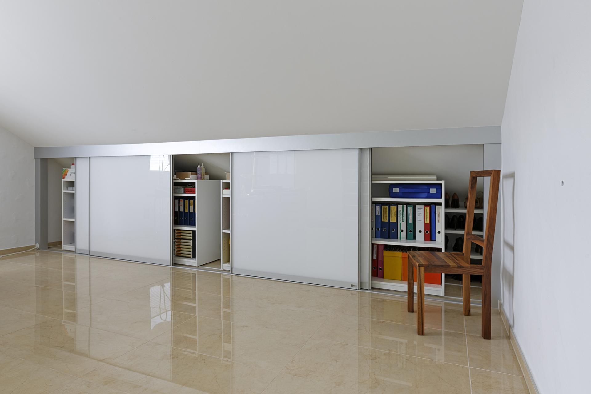 schrank in der dachschr ge nach mass dachschr genschrank halbhoch und doppelt tief als b ro und. Black Bedroom Furniture Sets. Home Design Ideas