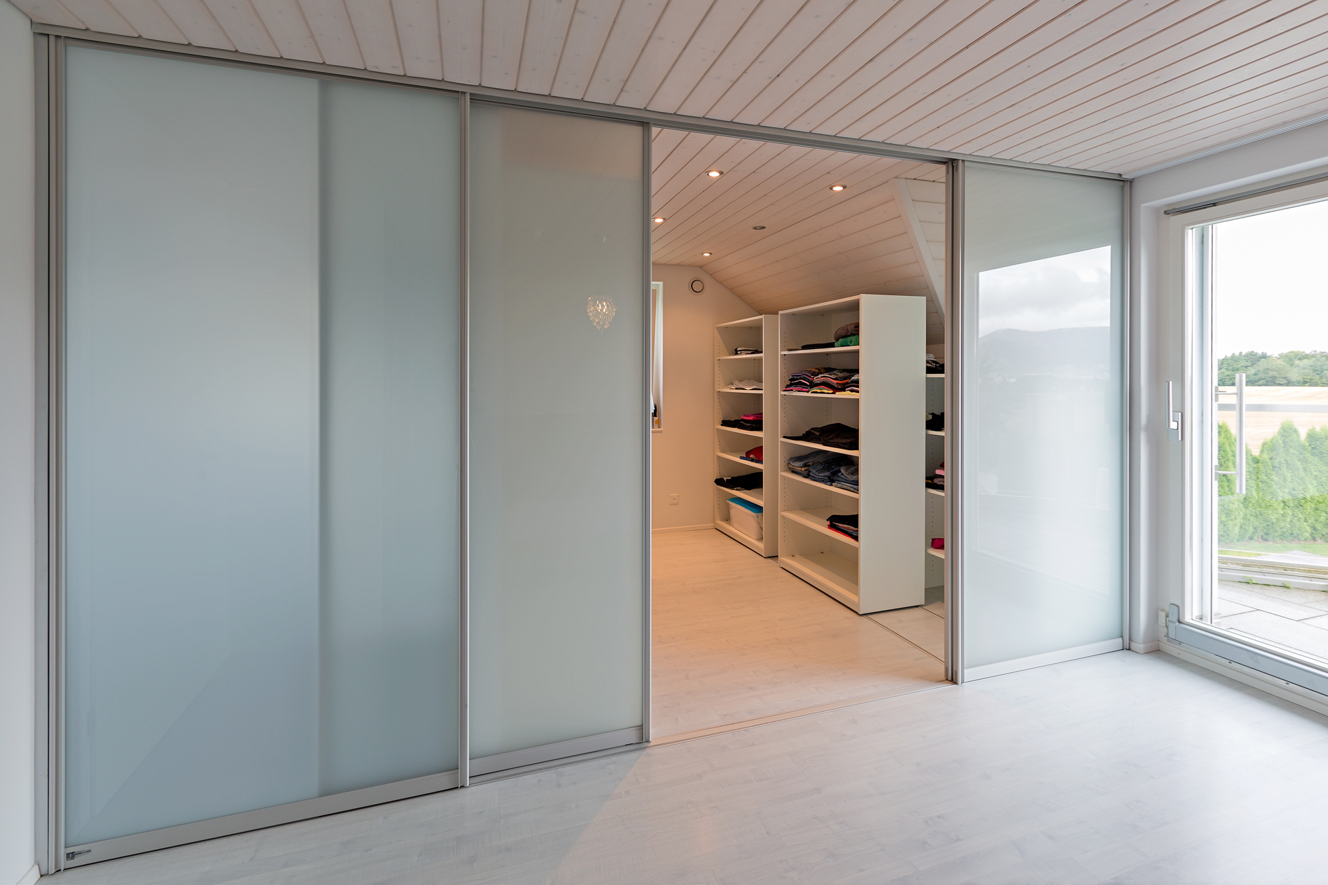 schiebet ren als raumteiler in die ankleide und als durchgang ins bad auf zu. Black Bedroom Furniture Sets. Home Design Ideas
