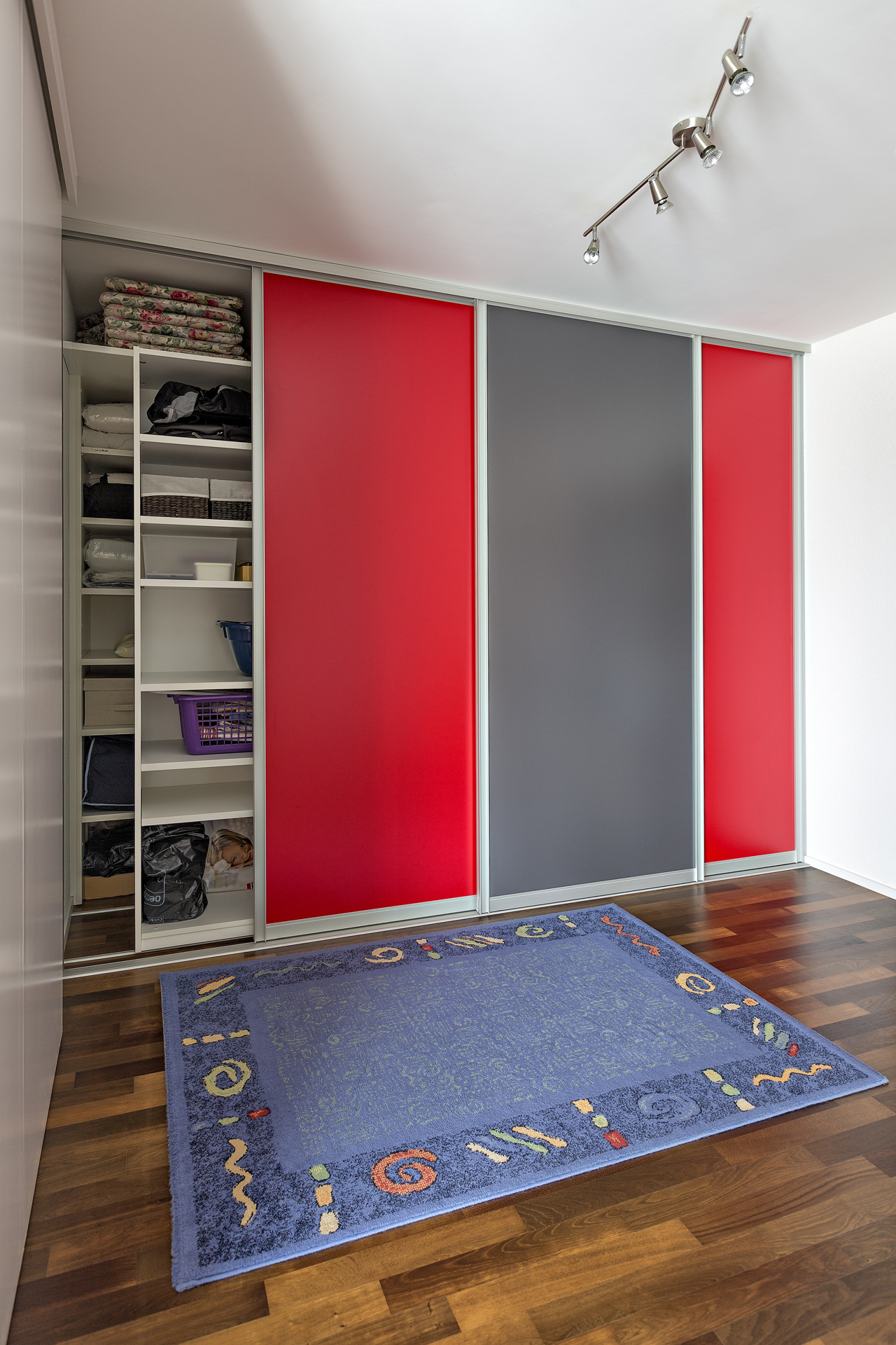 schiebelemente im raumhohen mehrzweckschrank mit schiebet ren in rot und graphitgrau auf zu. Black Bedroom Furniture Sets. Home Design Ideas