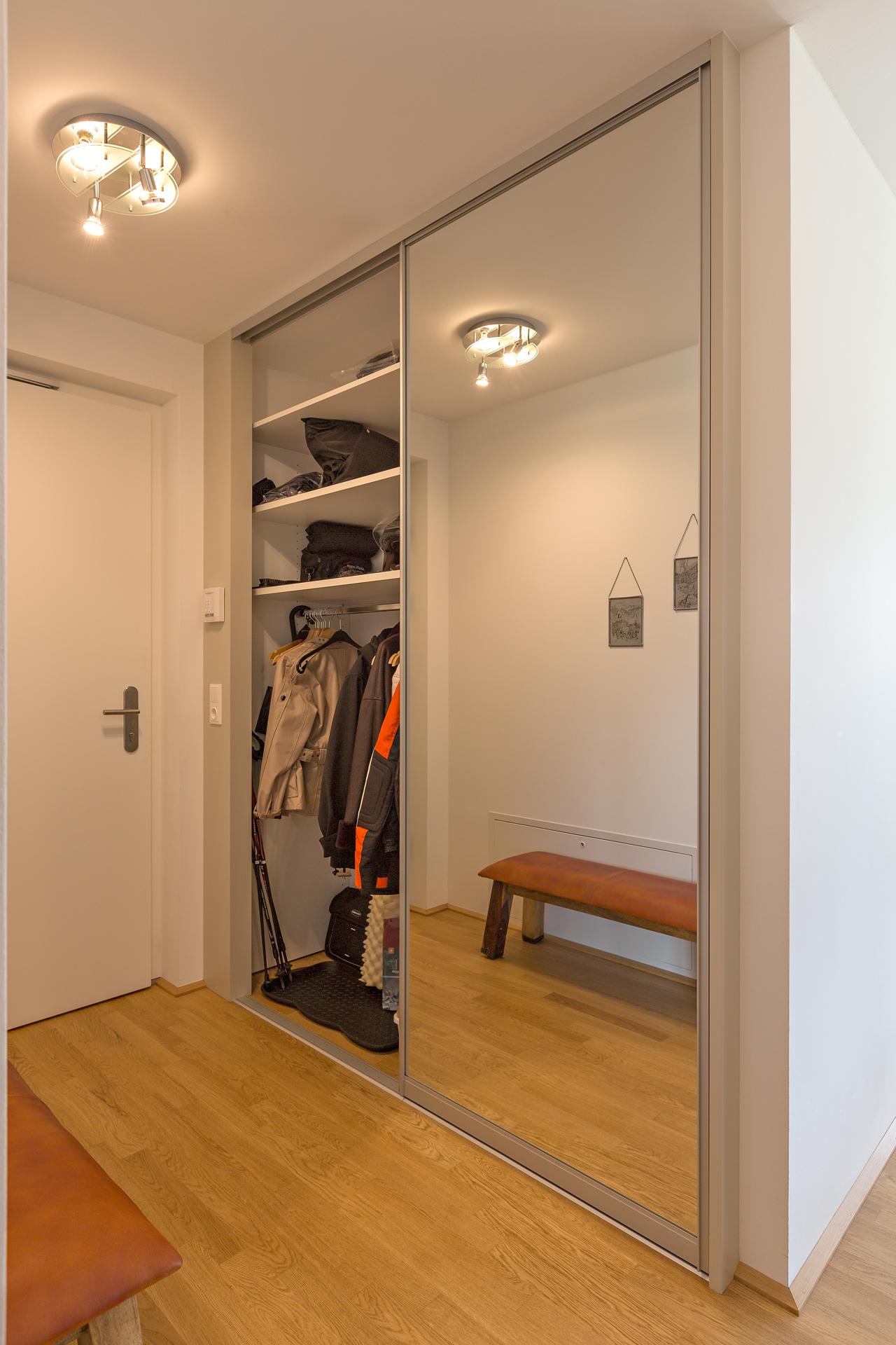 garderobenschrank im wohnungseingang als einbauschrank auf zu. Black Bedroom Furniture Sets. Home Design Ideas
