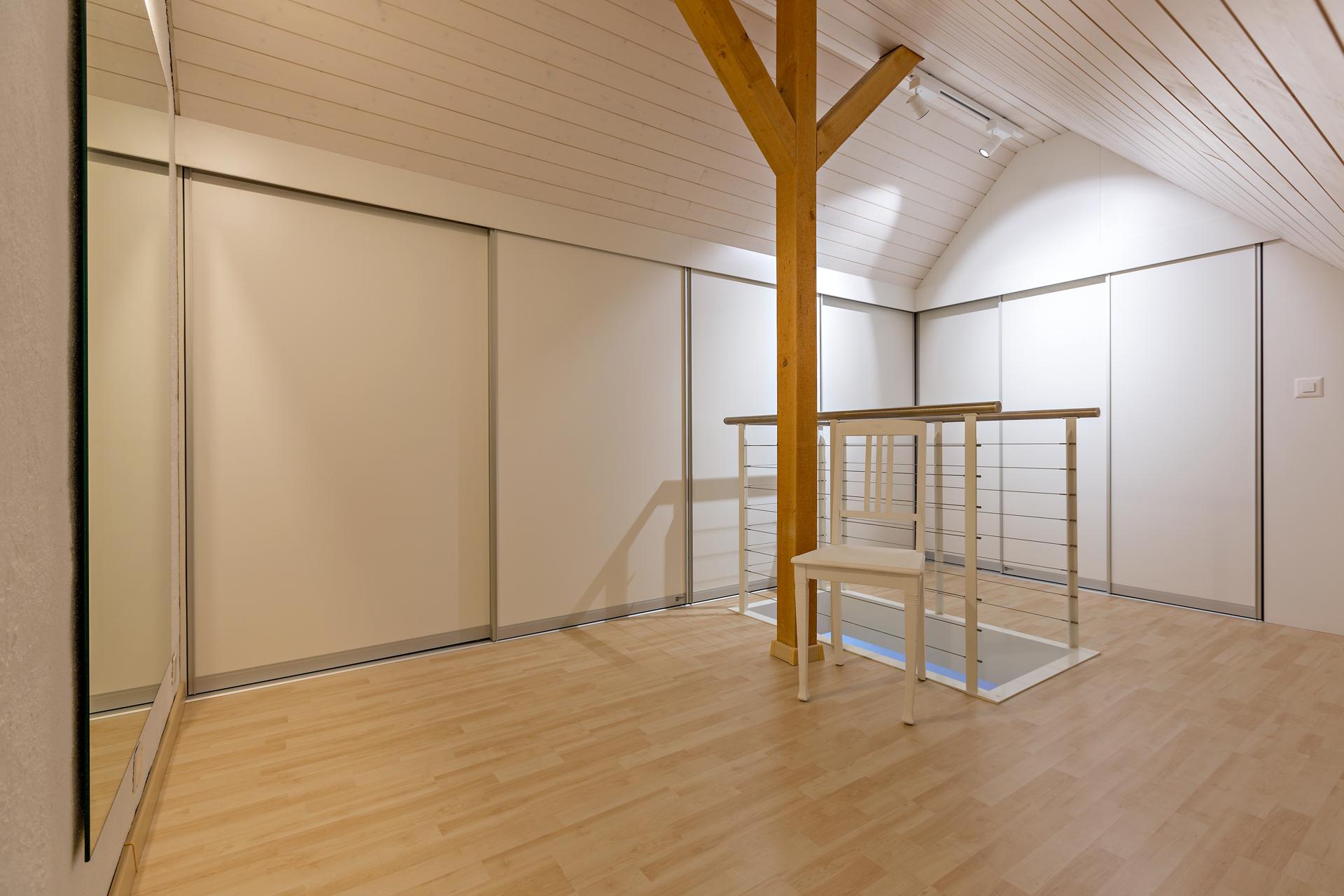 eckverbau als doppelt tiefer kleiderschrank unter dem dachgiebel auf zu. Black Bedroom Furniture Sets. Home Design Ideas