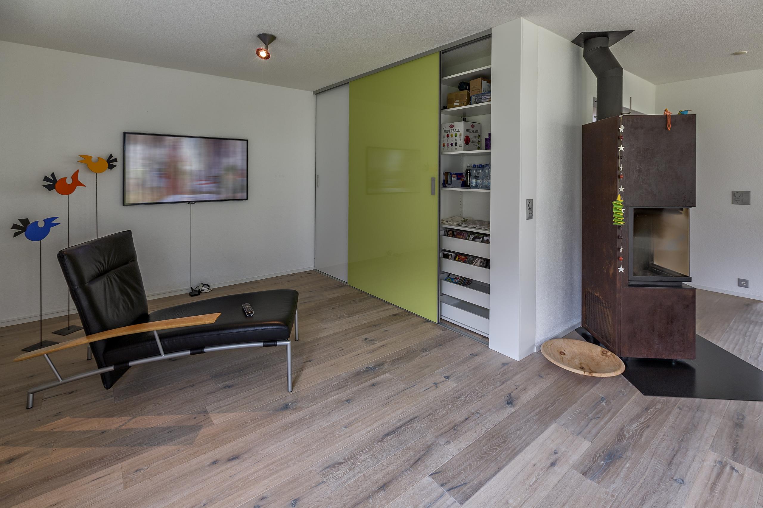 wohnzimmerschrank mit weisser und gr ner schiebet re auf zu. Black Bedroom Furniture Sets. Home Design Ideas