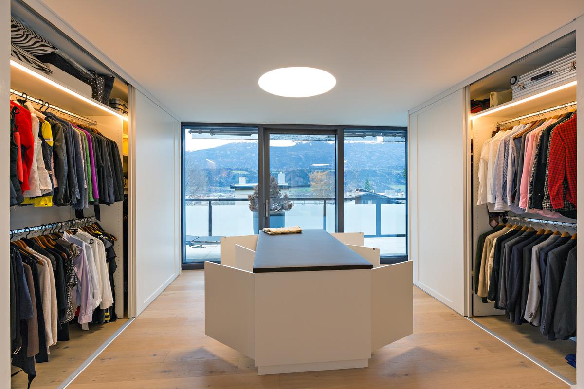 begehbarer kleiderschrank nach mass auf zu. Black Bedroom Furniture Sets. Home Design Ideas